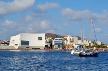 auditorio y barco desde el mar