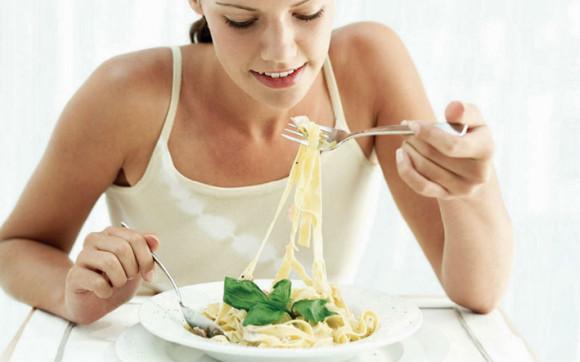 mujer-comiendo-pasta