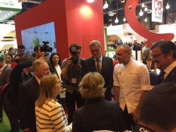 Fruit Attraction - La ministra García Tejerina y la presidenta del Congreso visitan el stand de Primaflor